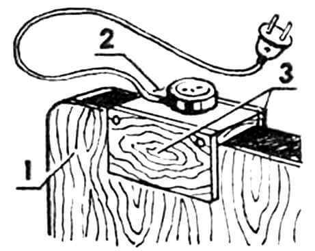 Установка удлинителя: 1 — спинка кровати, 2 — простейший самодельный удлинитель, 3 — щечки-кронштейн.