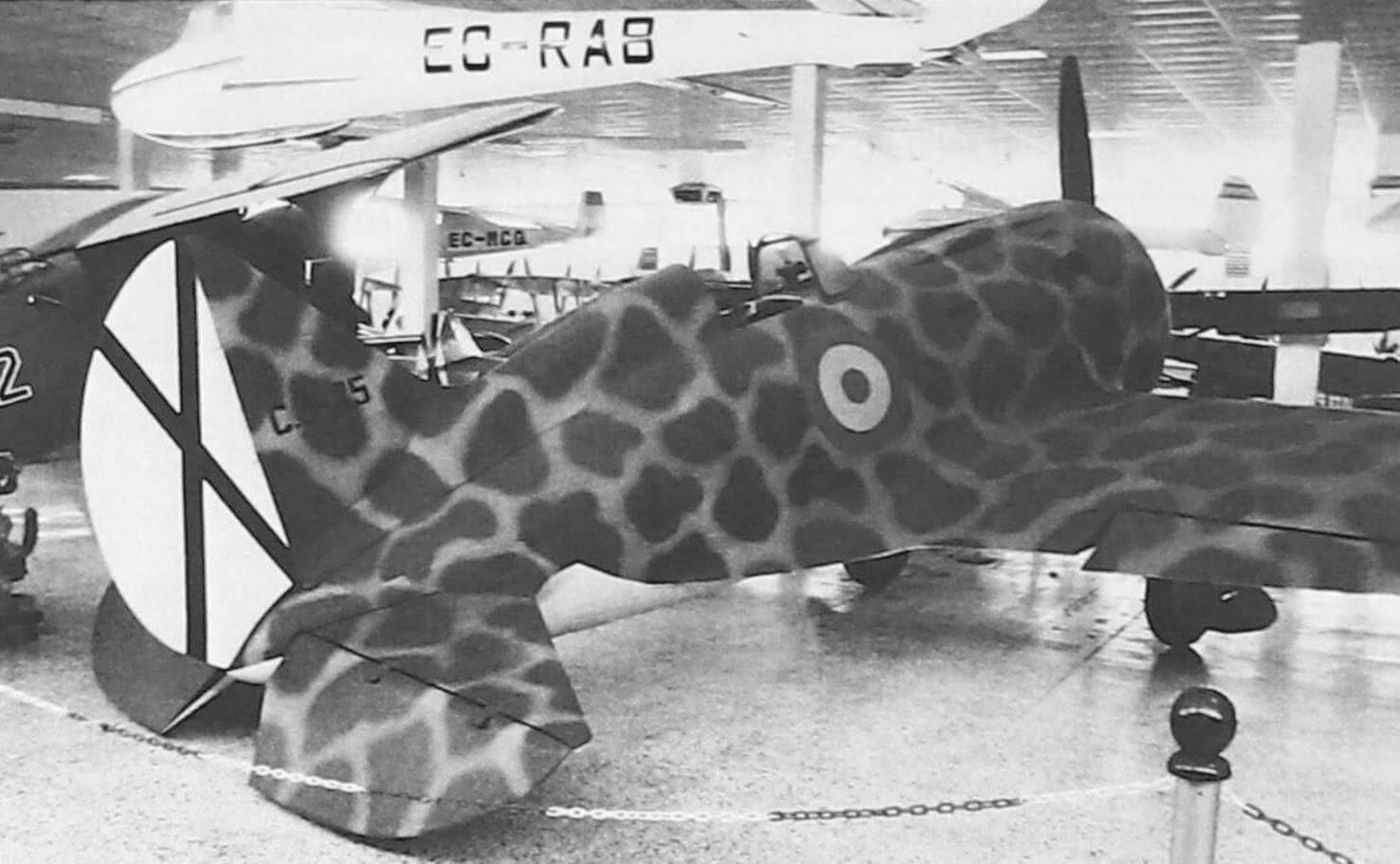 Реплика советского истребителя И-16; с этой стороны он покрашен как самолет франкистской авиации