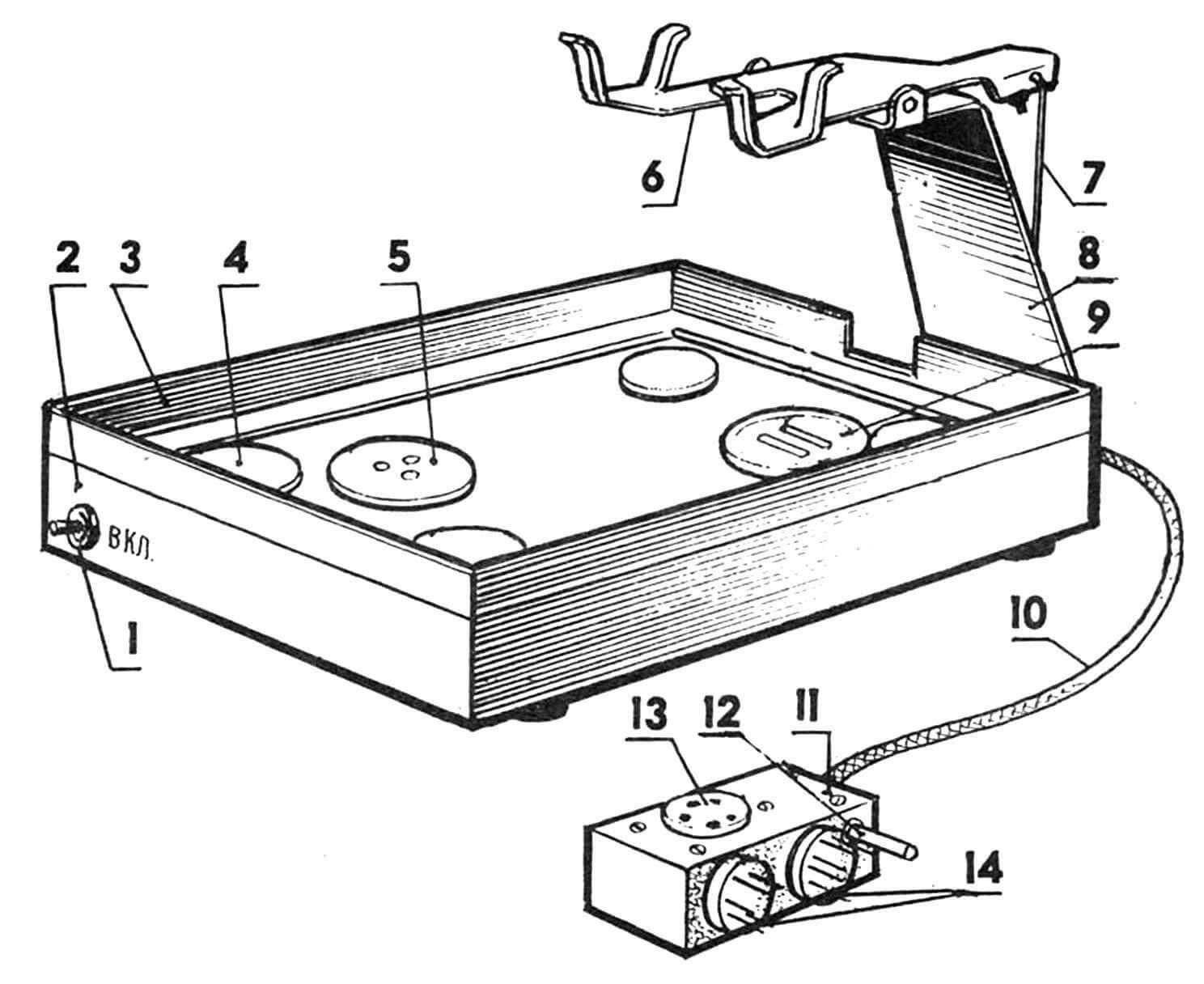 Конструкция платформы-основания с расположением основных узлов и деталей: 1 — тумблер включения, 2 — корпус (1-мм лист АМГ6БМ размером 205x156x57), 3 — окантовка (алюминиевый уголок 20x10 мм), 4 — прокладка (фетр 25x3 мм, 4 шт.), 5 — микрофон-датчик звукового реле (капсюль от головных телефонов ТОН-2 или ТА-56), 6 — рычаг (U2 мм СтЗ), 7 — тяга (ОВС 0,7 мм), 8 — 150-мм кронштейн (1н-2 мм СтЗ), 9 — микрофон-датчик для записи речи абонента (капсюль от головных телефонов ТОН-2 или ТА-56 без мембраны и крышки), 10 — кабель многожильный телефонный, 11 — корпус разъема Х2 (0,5-мм АМГ6БМ размером 25x65x30 мм), 12 — штекер питания (для подключения к гнезду ГН-1 магнитофона), 13 — розетка СГ5 разъема XI (для подключения приставки с кассетой формализованного ответа), 14 — вставка СШ5 (от разъемов Ш1 и Ш2 «Легенды-404») для подключения к магнитофону разъема Х2.