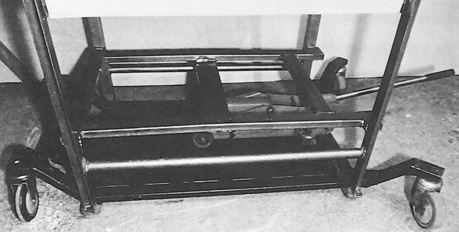 Домкратом верстак приподнимается, его ножки упираются в подкат, - теперь его можно переместить в любое другое место мастерской