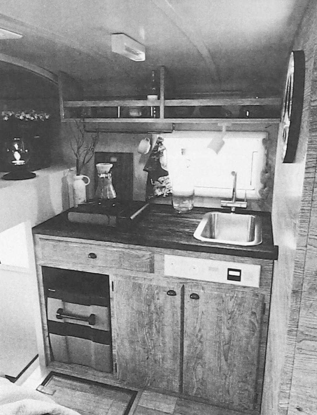 Кухонный блок компактен, газовую плиту и холодильник в хорошую погоду можно вынести наружу