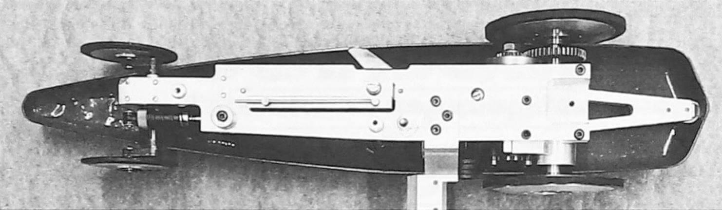 Чтобы установить кордовую планку в строго определенном месте, потребовалась дополнительная деталь. Амортизатор переднею моста, заимствованный от RC-моделей. должен хорошо работать и в кордовом варианте. На верхней части топливного бака находится заливное отверстие с крышкой-винтом и дренажная трубка, необходимая для правильной работы топливной системы