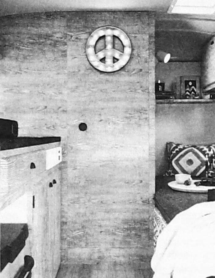 Между кухней и кроватью - узкая дверь, ведущая в санузел...