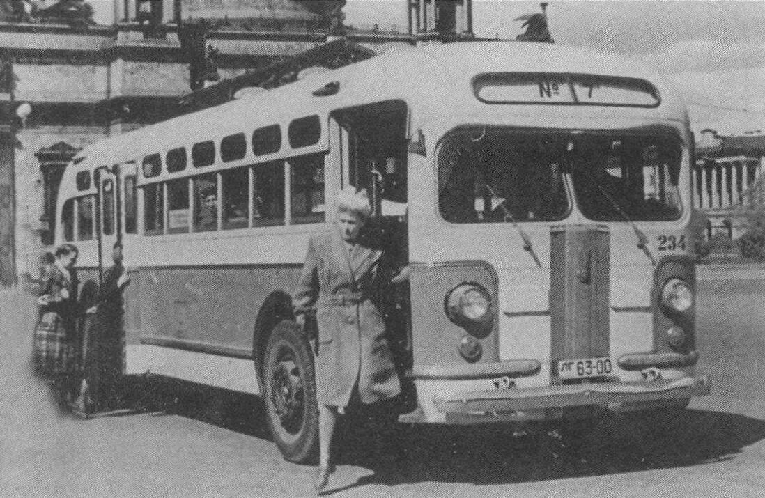 Автобус ЗИС-154 на Исаакиевской площади. Ленинград, 1950 год, фото Н. Грозмани