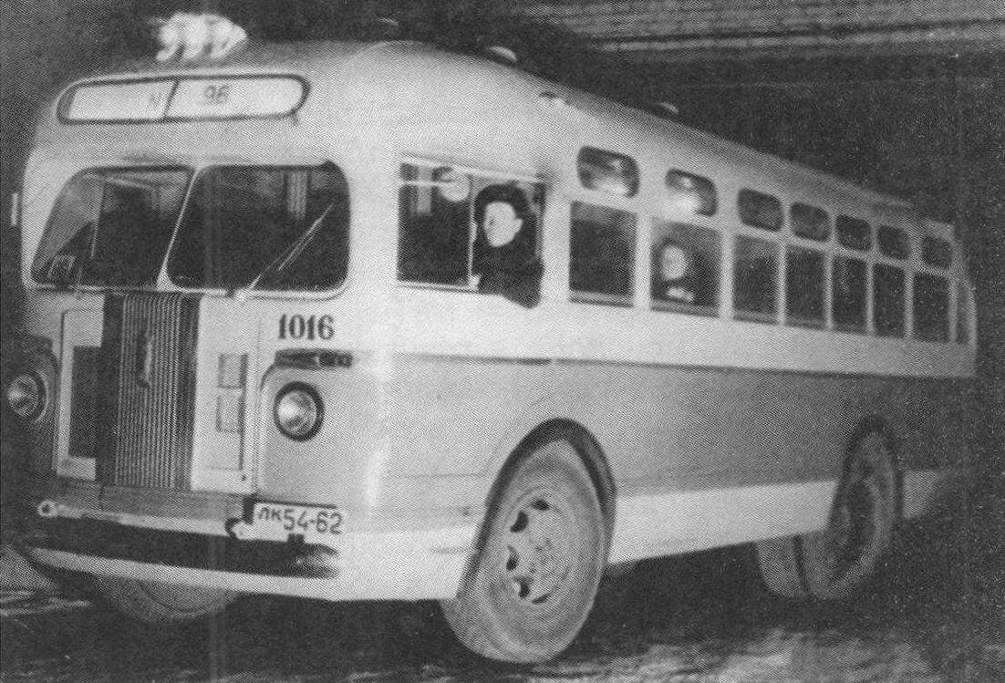 Автобус ЗИС-155 у ворот автобусного парка №3. Ленинград, 1957 год, фото М. Белковского
