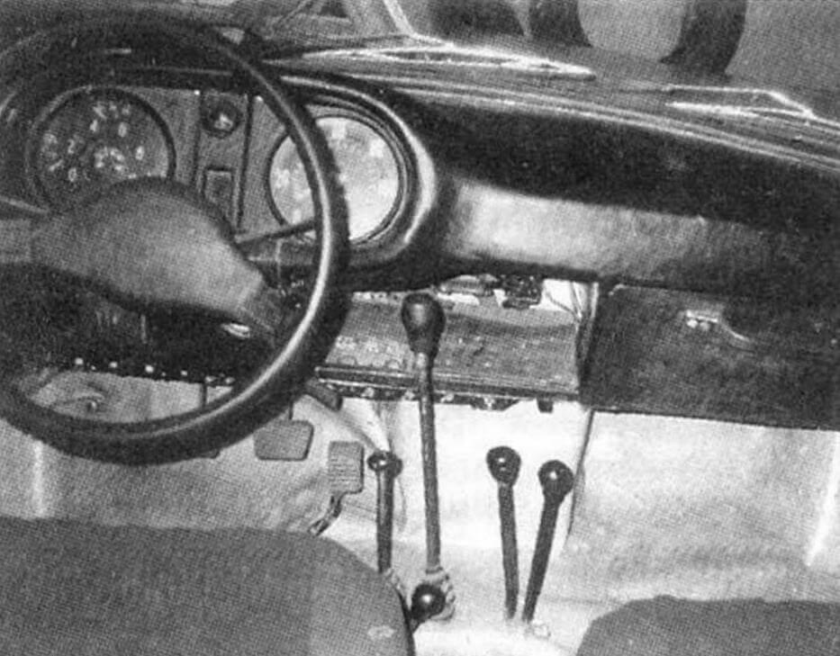 Органы управления сосредоточены около водителя, в том числе и множество рычагов и рукояток. Приборная панель имеет все необходимое. Под ней находится якорная лебедка