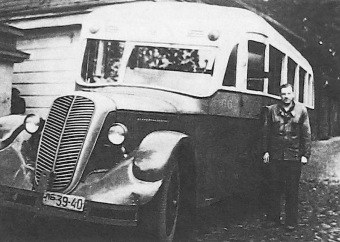 Шофер В.В. Кудрявцев у автобуса ЗИС-8 трехосный. Ленинград, 1952 год