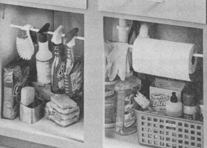 Установите под мойкой - там, где обычно хранятся всевозможные хозяйственные препараты для уборки, пластиковую или деревянную перекладину. На нее можно повесить рулон бумажных полотенец, пульверизаторы, щетки, резиновые перчатки, тряпки и салфетки. Пропадающий ранее впустую объем будет использован с пользой, а все нужные вещи всегда будут на своих местах и в пределах доступа.
