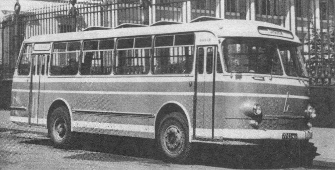 Автобус ЛАЗ-695М у Русского Музея. Ленинград, 1969 год