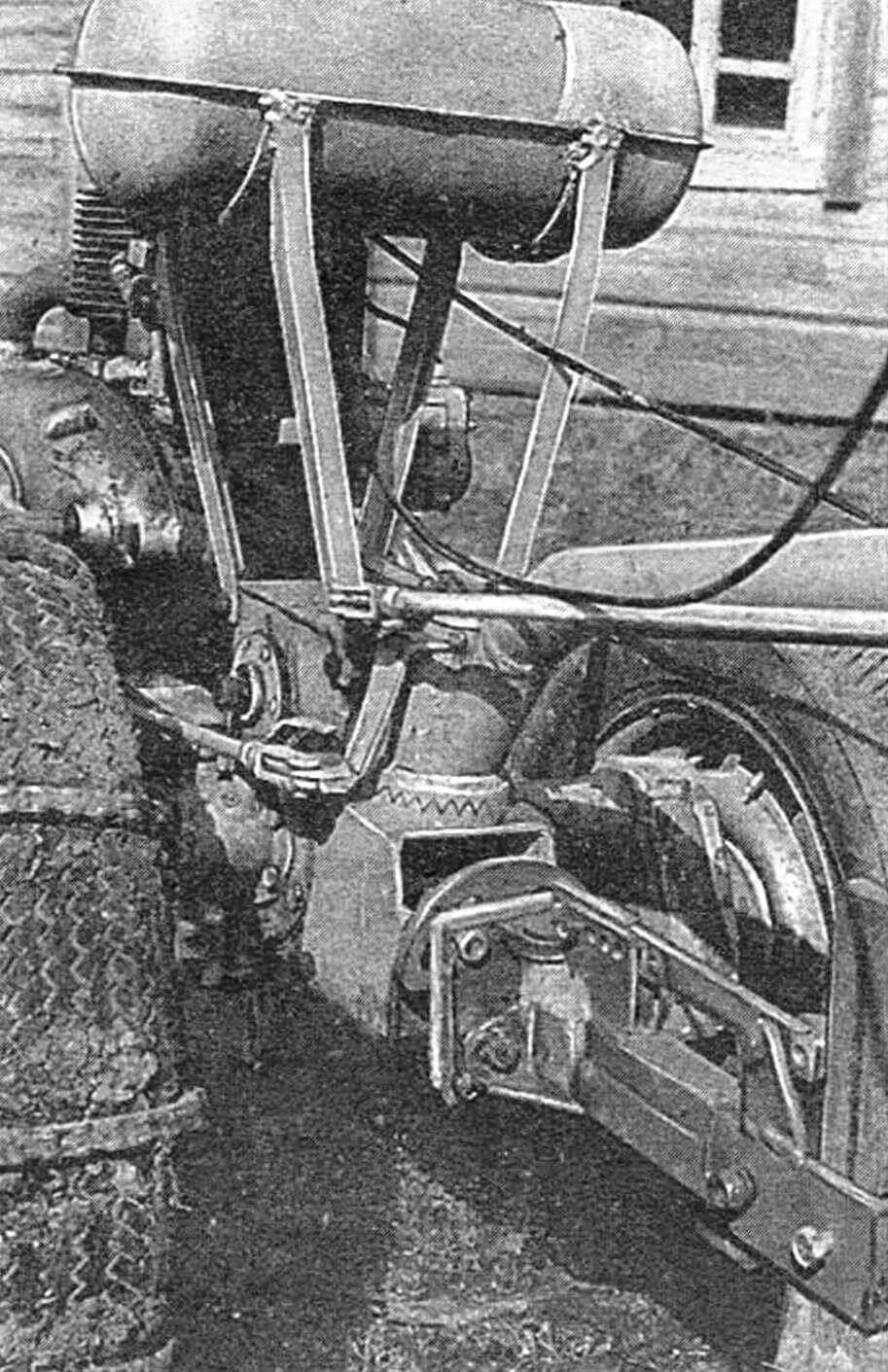 Вид сзади на механизм прицепного устройства и крепления рулевого управления.