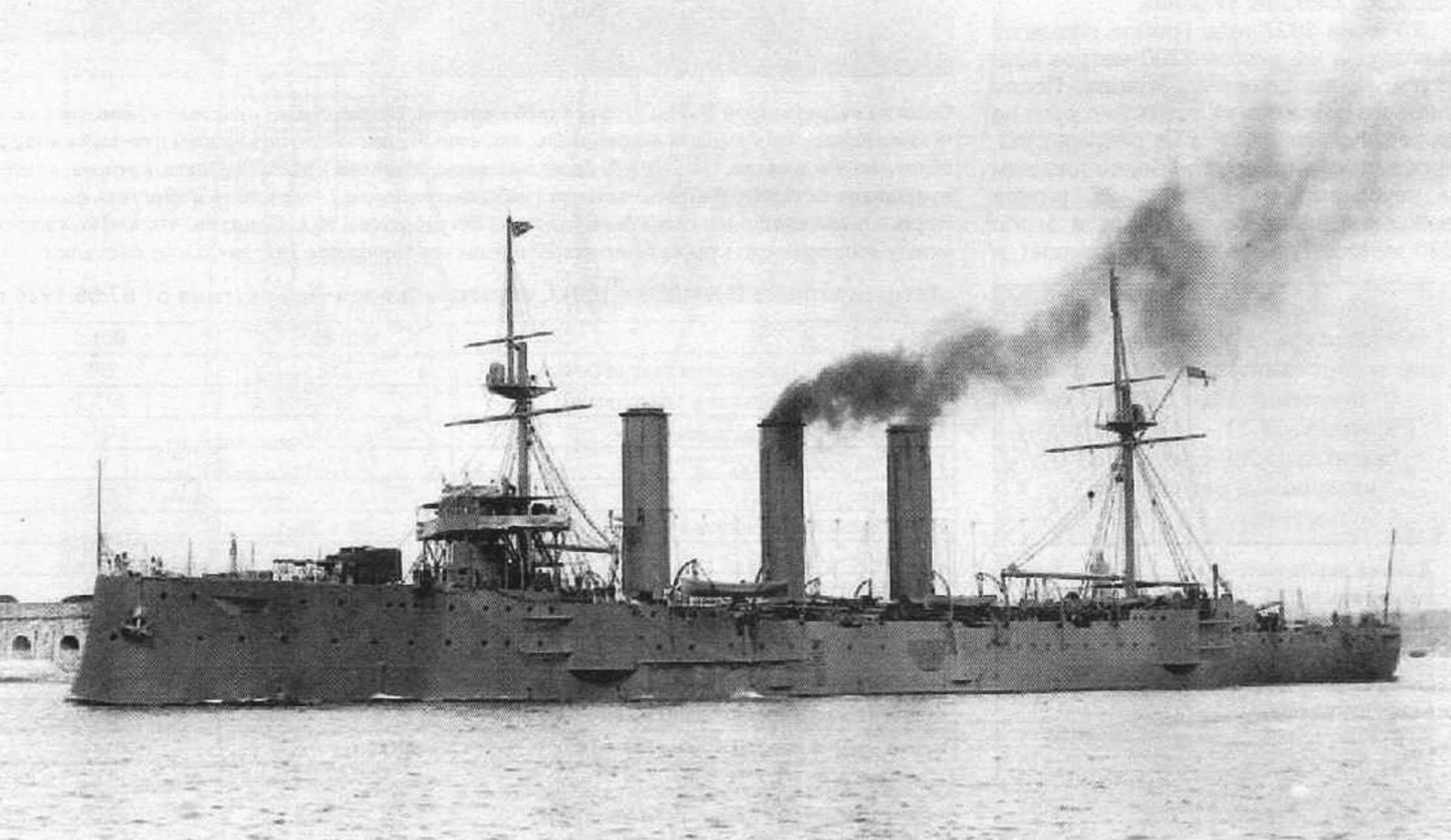 Броненосный крейсер «Кент» выходит в море после вступления в строй