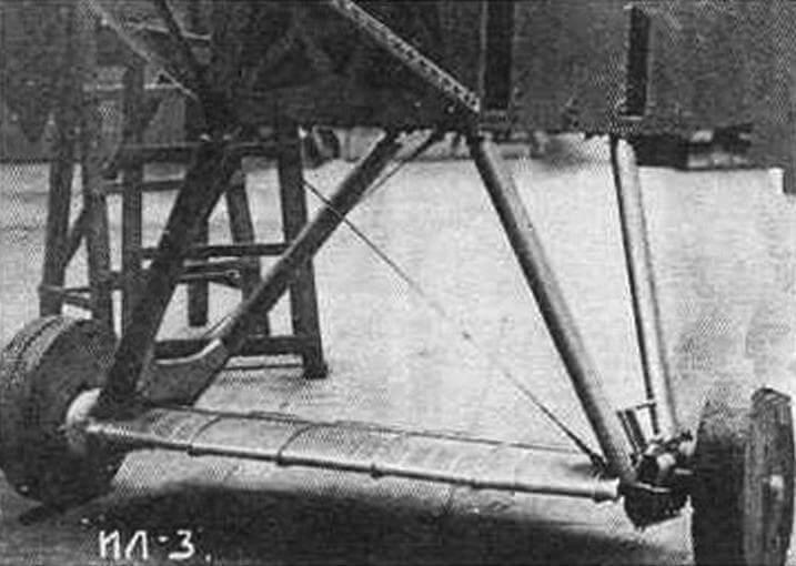 Шасси самолета ИЛ-3 с временными колесами, выполненными из дерева