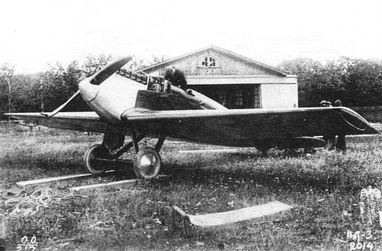 Третий опытный экземпляр ИЛ-400 позднее получил обозначение ИЛ-3 и стал образцом для небольшой серии, состоящей из 12 однотипных экземпляров. Самолет сфотографирован летом 1925 года перед ангаром, на котором написано: «Госуд. Авиационный завод Моска. Отдел испытаний самолетов».