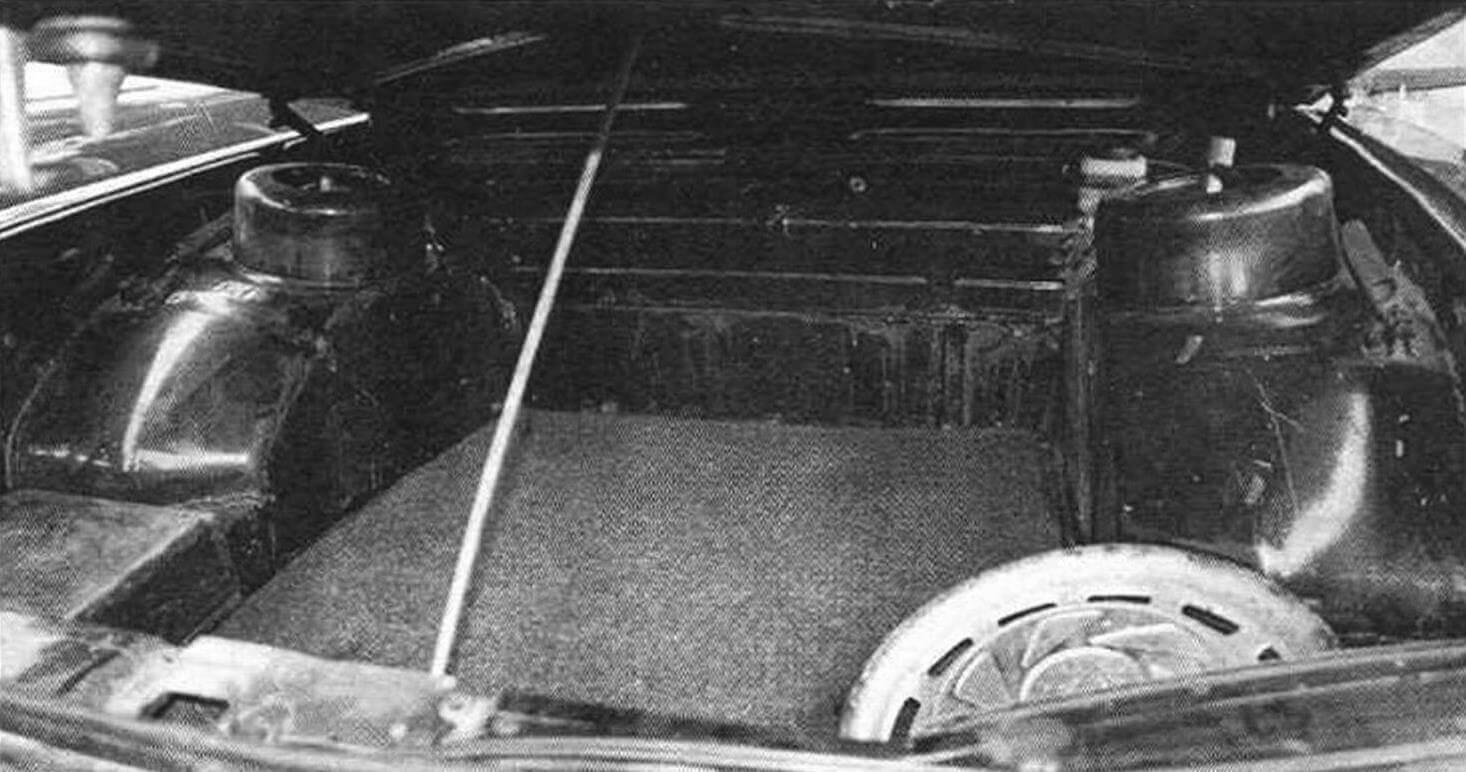Благодаря заднемоторной компоновке у Tatra 613 хорошая пассивная безопасность