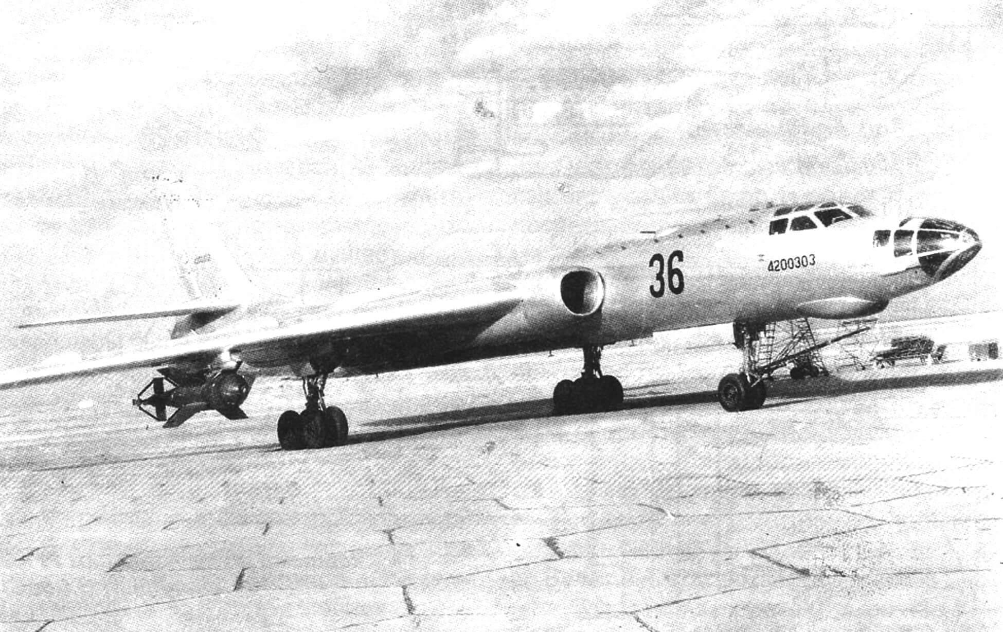 Дальний бомбардировщик Ту-16 с бомбой СНАБ-3000
