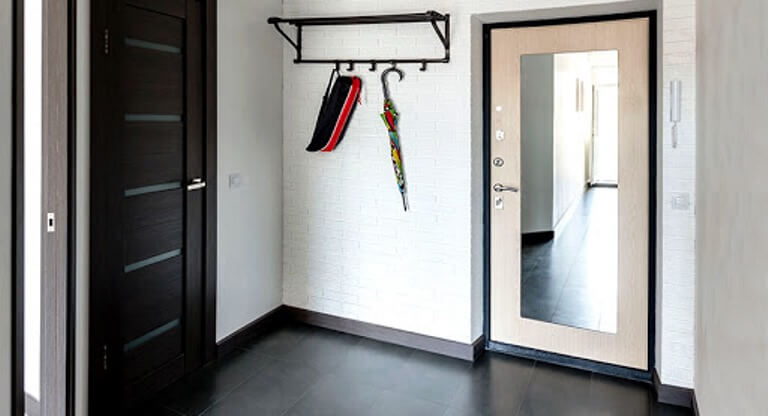 Зеркало на входной двери: функциональное дополнение или декор