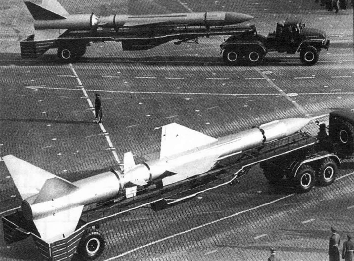 Ракеты 5В11 во время военного парада на Красной площади