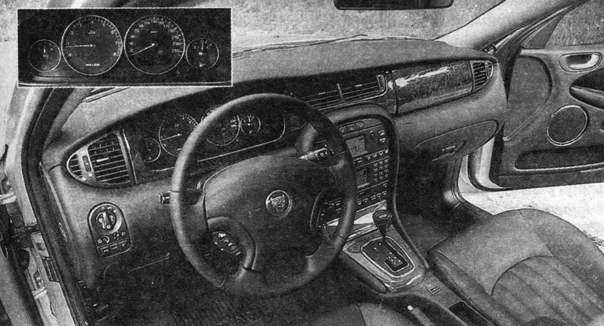Интерьер рабочего места водителя (вверху слева - приборная панель)