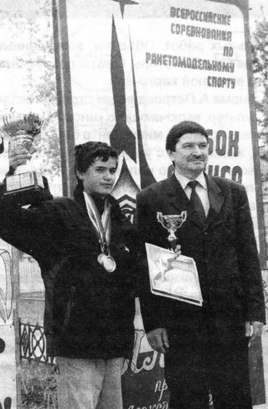 Обладатель Кубка «Алекса» 2002 г. В.Пиро-гов (г. Югорск) и главный инженер фирмы «Алекс» М.Сайфутдинов