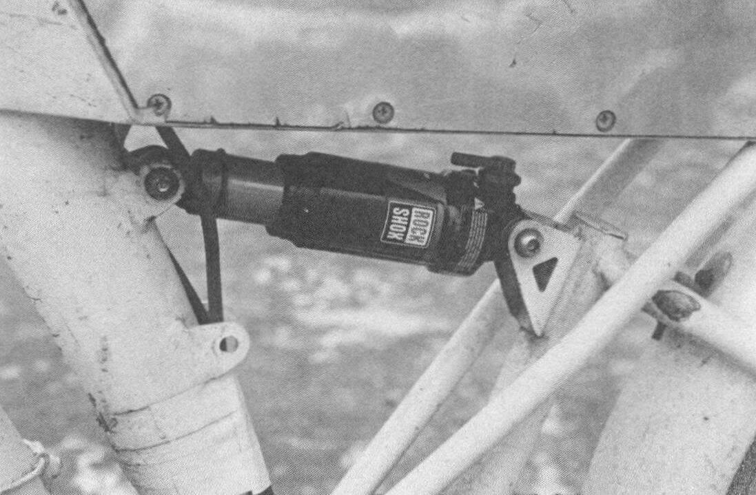 Задняя подвеска построена по схеме с единым моноамортизатором, их не стали жесткость которого можно регулировать