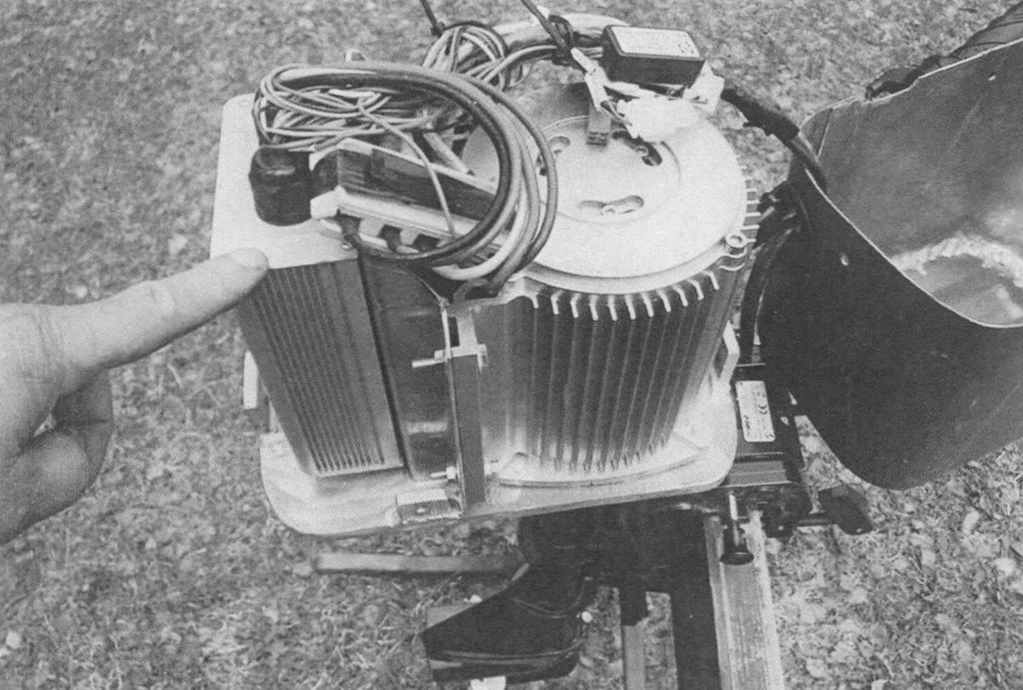 Самодельный ПЛМ Василия Румянцева мощностью до 1000 Вт. ШИМ-регулятор сблокирован с электродвигателем, имеется откидной алюминиевый колпак. Для питания использован литий-ионный аккумулятор с рабочим напряжением 48 В