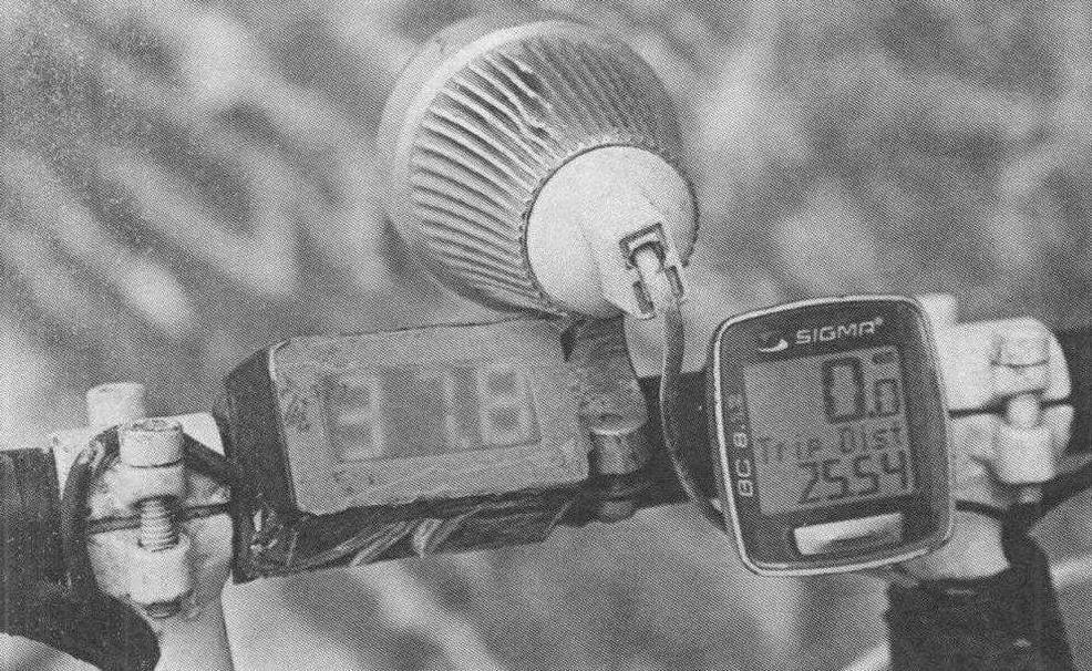 Цифровой индикатор (слева) информирует о степени заряда аккумуляторной батареи