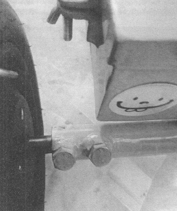 Фиксация полуосей мотор-колес в поперечной трубе рамы
