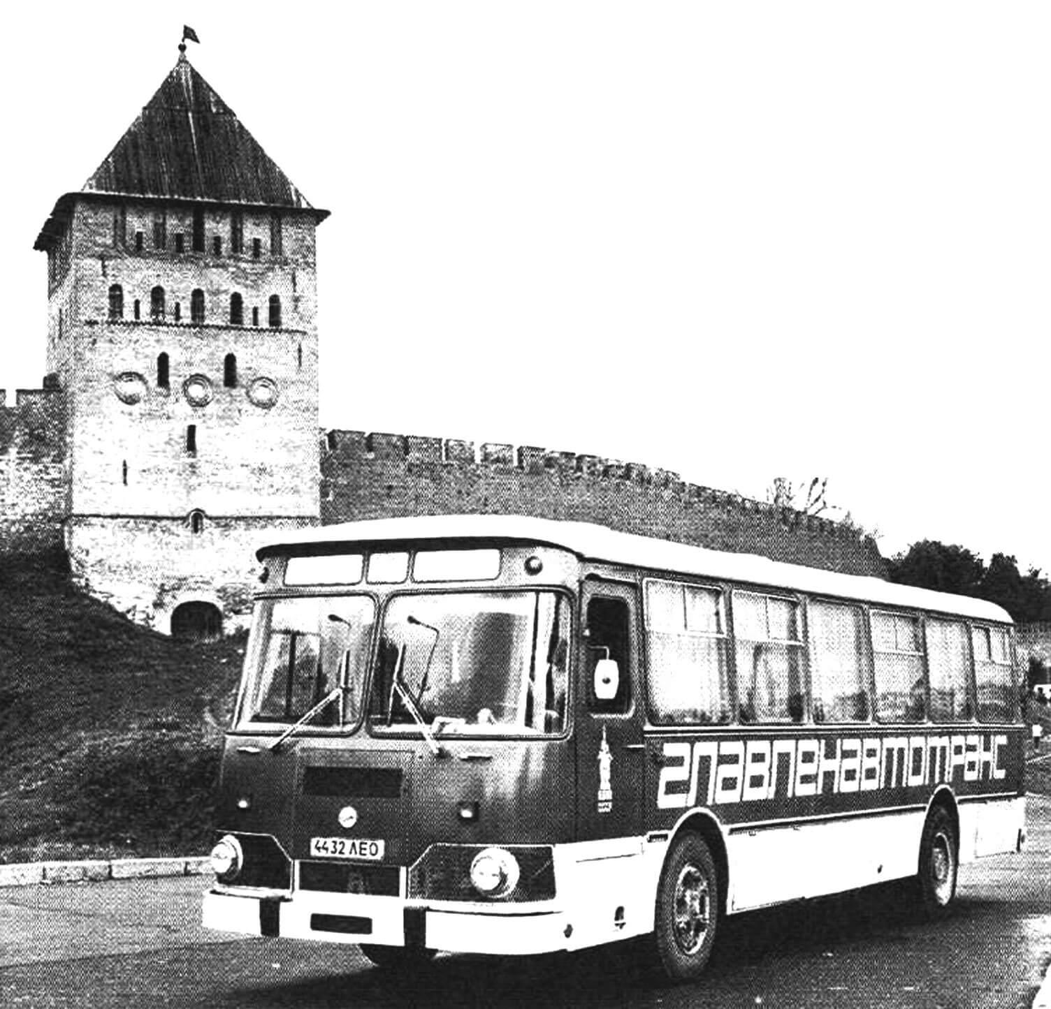 Автобус ЛиАЗ-677М у Иваногородской крепости. Середина 1980-х годов