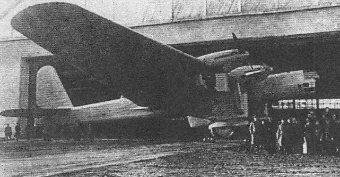 Опытный образец (самолет № 22А-1) у заводского ангара