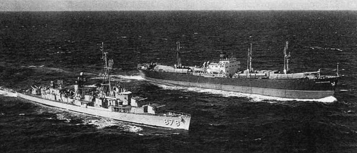 Эскадренный миноносец ВМС США DD-878 «Vesole» следит за советским транспортом «Иван Ползунов» (типа «Либерти», построен в Ричмонде в 1943 году, до июня 1949 года - «Орел») во время Карибского кризиса. В 1962 году бывшие союзники оказались на грани войны, причем в ее самом страшном варианте - с применением атомного оружия