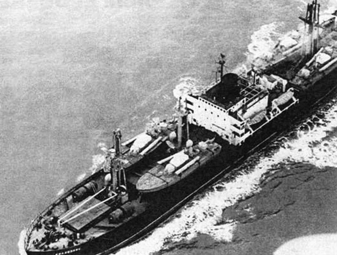 «Колхозник» направляется к берегам Кубы; на палубе судна хорошо различимы торпедные катера проекта 183 «Большевик» (Р-6 по западной классификации). Фотографии сделаны с американских самолетов