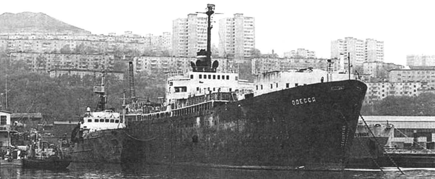 «Последний из могикан»: списанный пароход «Одесса» на отстое во Владивостоке. Фотография, сделанная уже в двухтысячные, свидетельствует - не все суда тина «Либерти» в нашей стране отправили «на иголки» до конца XX века