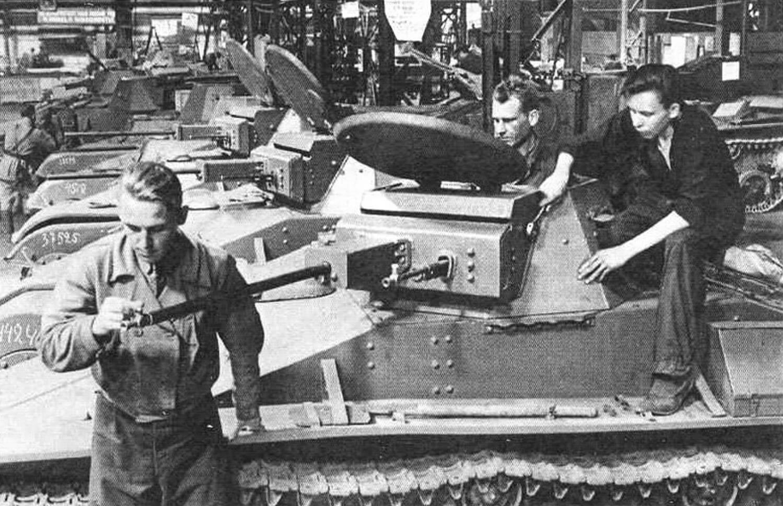 Бригада рабочих готовит к сдаче очередную партию танков Т-60 (1942 год)