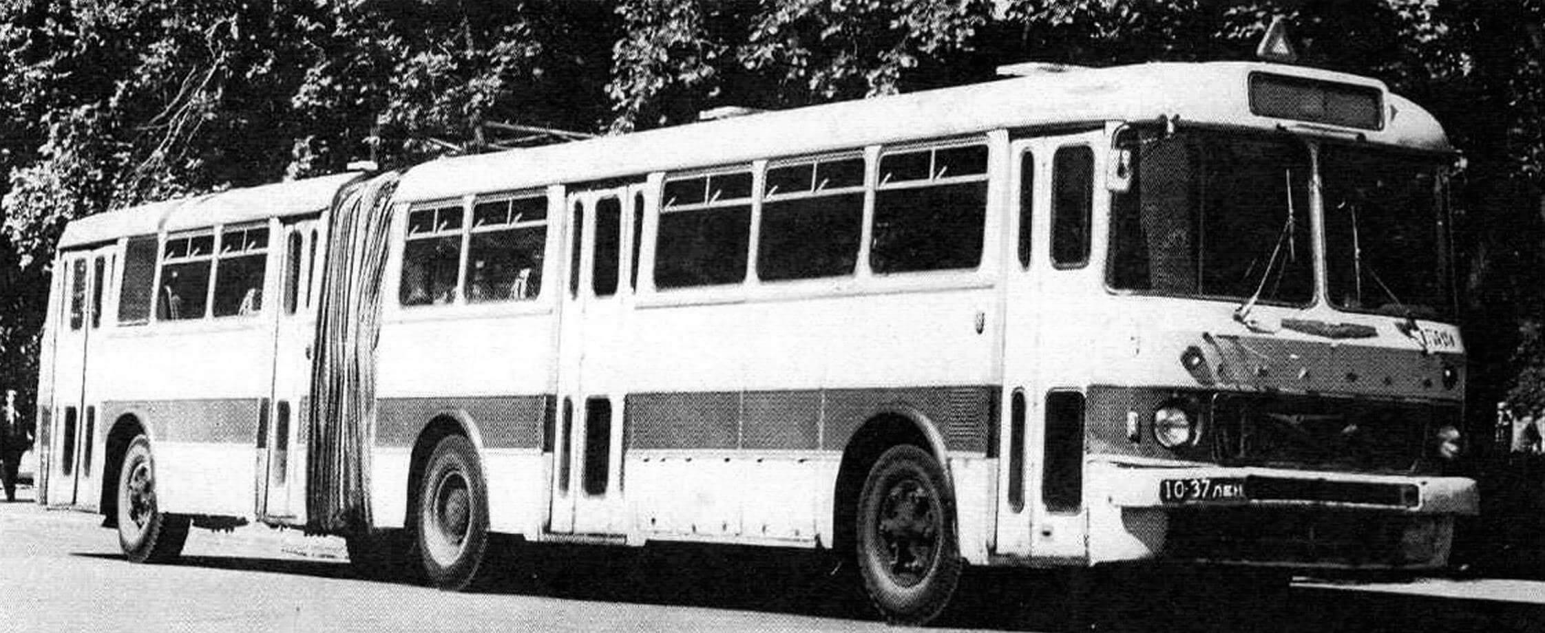 Автобус Икарус-180 на площади Искусств. Ленинград, 1969 год