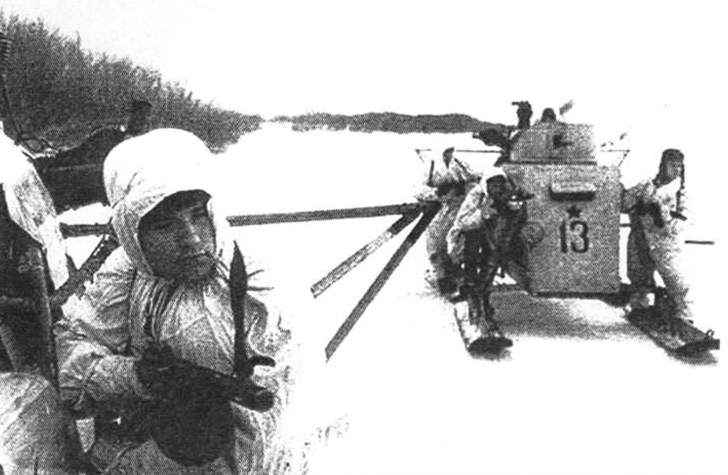 Аэросани НКЛ-26 с десантниками на борту идут в бой