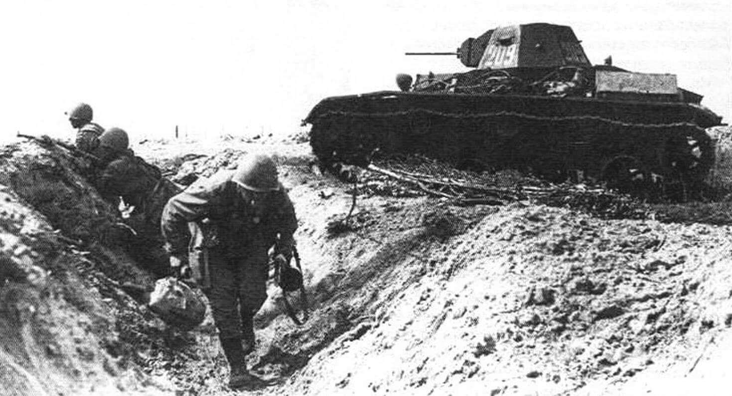 Танк Т-60 из состава 30-й гвардейской танковой бригады поддерживает пехоту (Ленинградский фронт, август 1943 года)