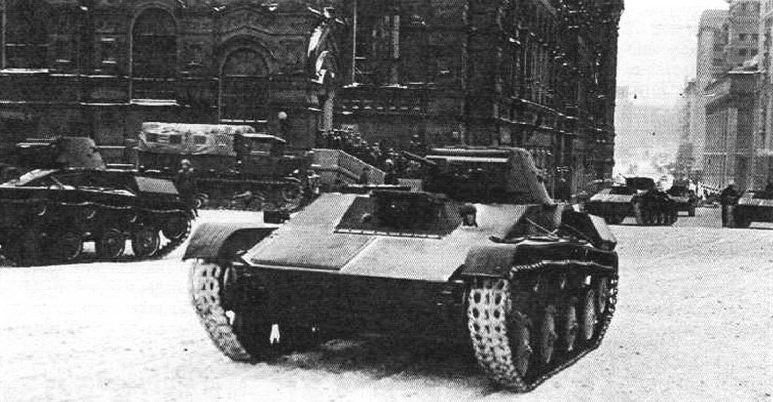 Легкие танки Т-60 вступают на Красную площадь (Москва, 7 ноябри 1941 года)
