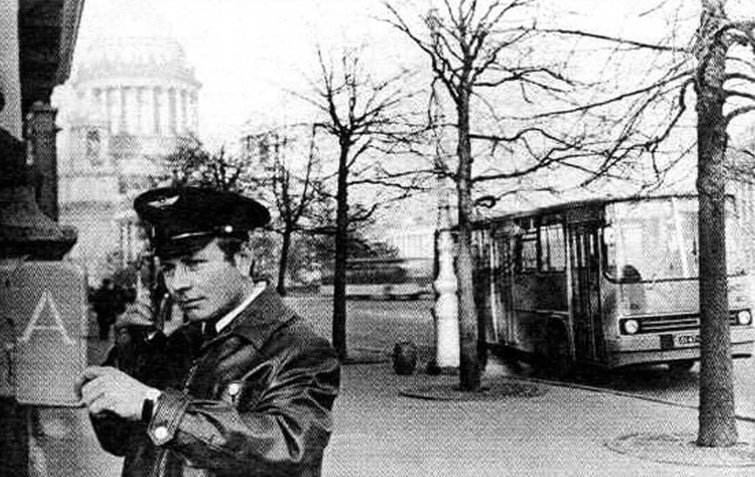 Водитель автобуса Икарус-260 у телефонизированного пункта контроля регулярности движения. Ленинград, 1980 год