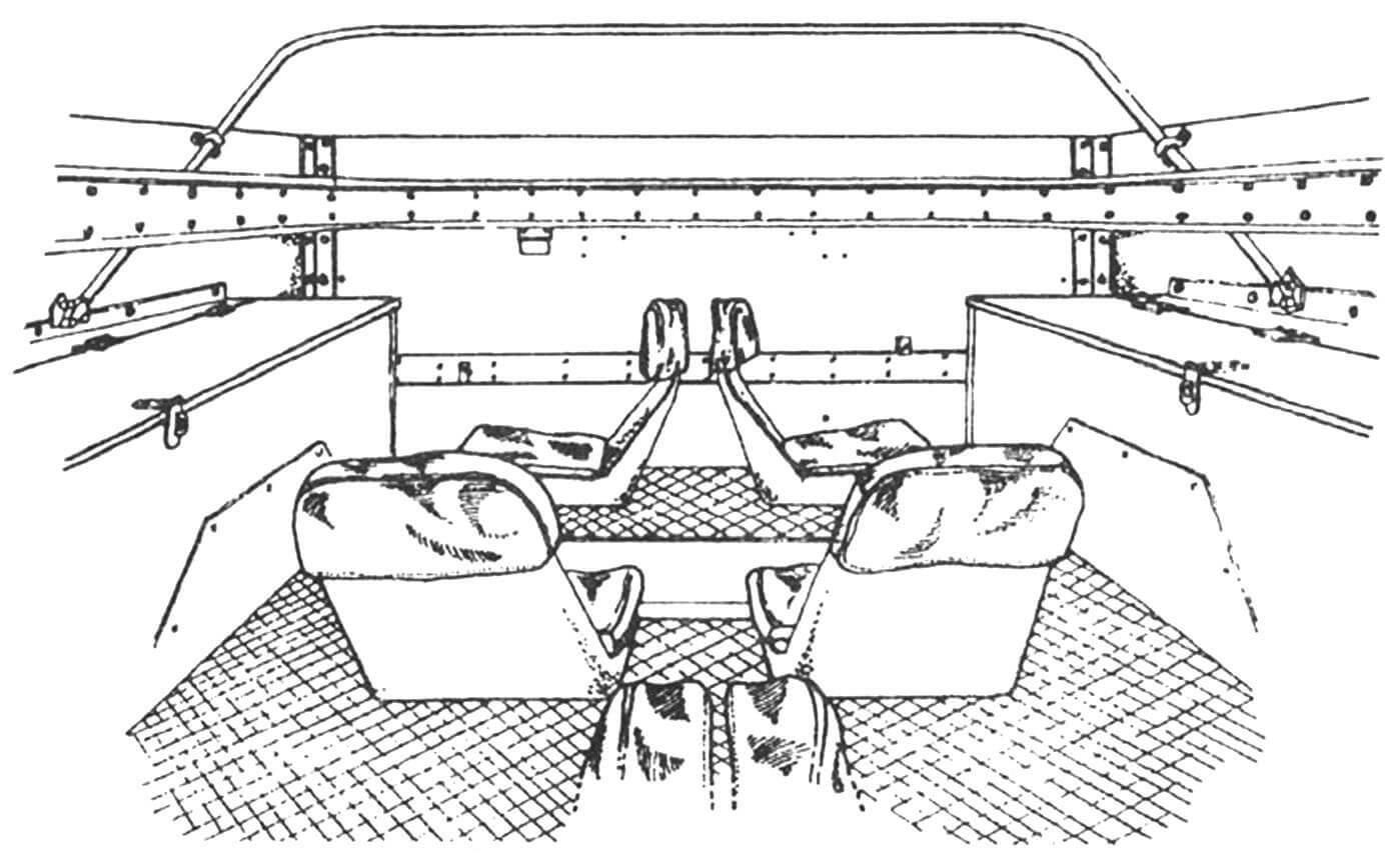 Интерьер десантного отделения, вид в корму