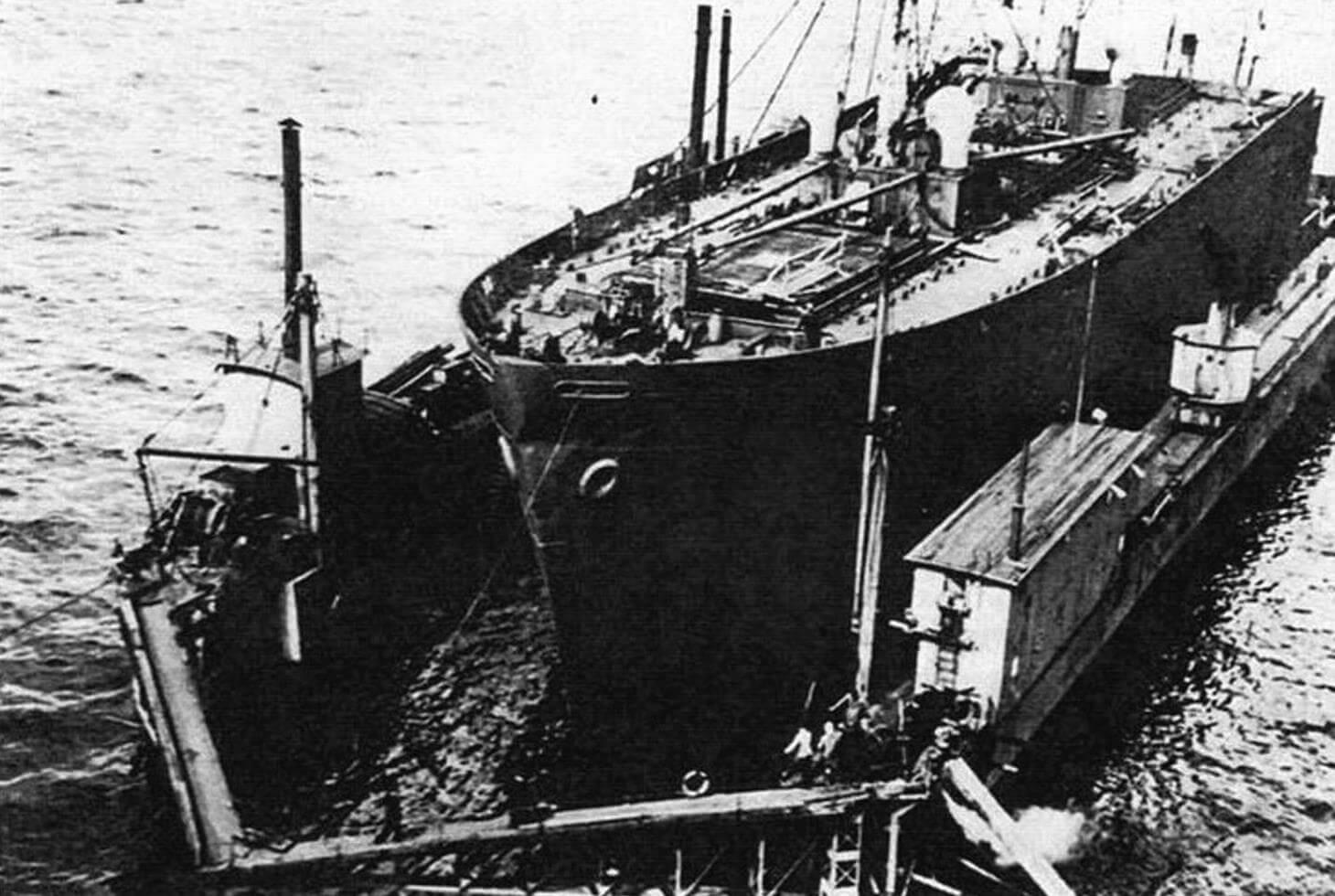 Носовая часть, ранее принадлежавшая американскому судну «Horace Gray», подготовлена к стыковке с поврежденным «Тбилиси», 1959 год