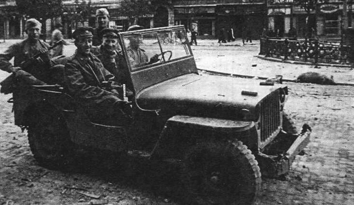 Командующий 17-й воздушной армией генерал-полковник В.А. Судец на Willys МВ (октябрь 1944 года)