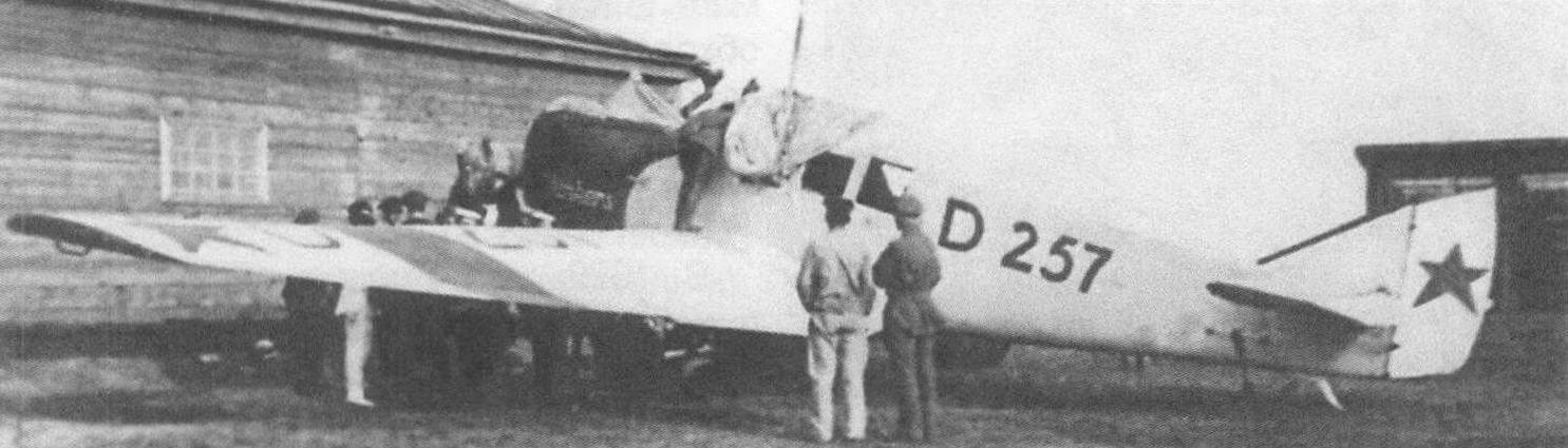Купленный в Германии бывший «Пеликан» демонстрирует обозначения последовательно сменявших друг друга трех хозяев: немецкий регистрационный код D257 на фюзеляже, красные полосы «Добролета» на крыле и звезды ВВС на оперении