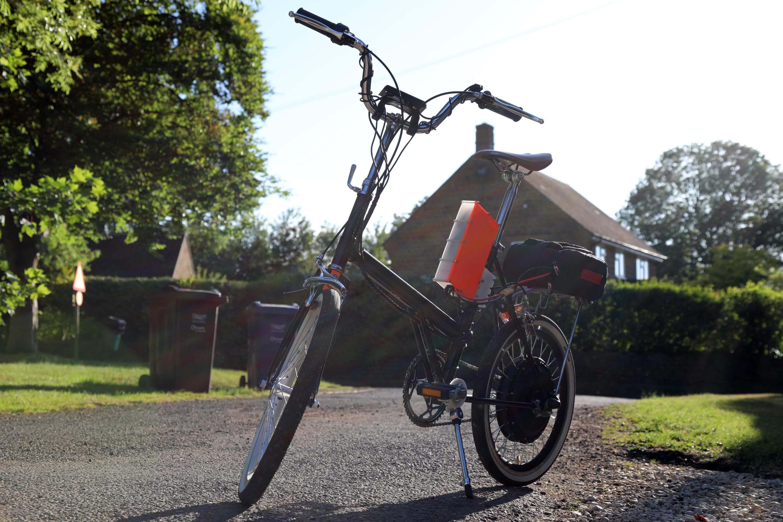 Электровелосипед имеет максимальную скорость 60 км и на одном заряде + педали проезжает до 100 км