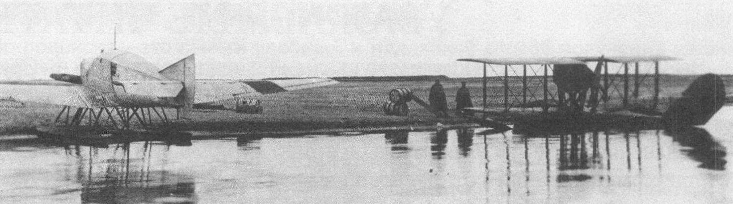 Поплавковый Ю-13 и летающая лодка С-16бис на берегу острова Врангеля