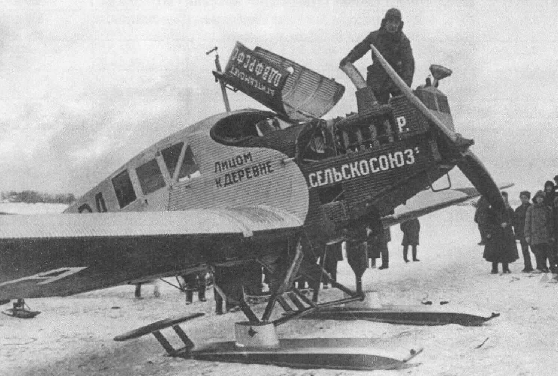 Подготовка установленного на лыжи Ю-13 «Селькосоюз» к полету; видна воронка для заливки горячей воды. Этот самолет принадлежал ОДВФ и использовался для агитационных полетов