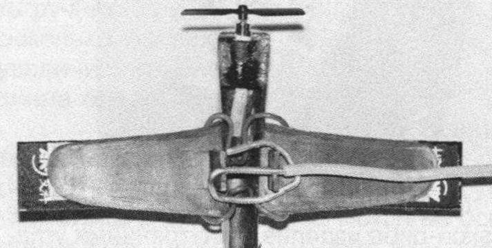Крепление модельки самолета к коромыслу