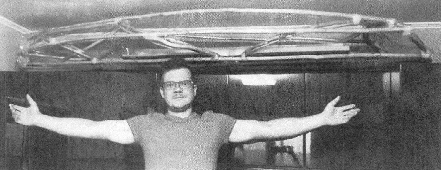 Габаритные размеры лодки определялись исходя из имеющегося пространства для ее хранения - в комнате, под потолком на мебельной стенке