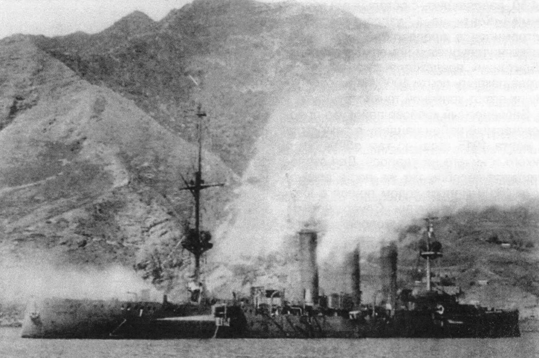 Немецкий легкий крейсер «Дрезден» 14 марта 1915 года в 10:00 после завершения боя. Хорошо видно, что корабль горит