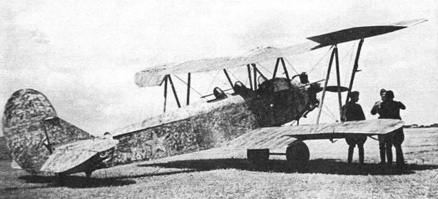 Трехместный У-2СП на фронтовом аэродроме