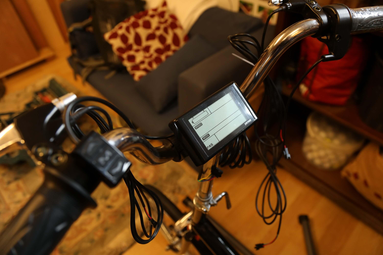 Устанавливает и подключает ЖК-дисплей, поворотный дроссель.